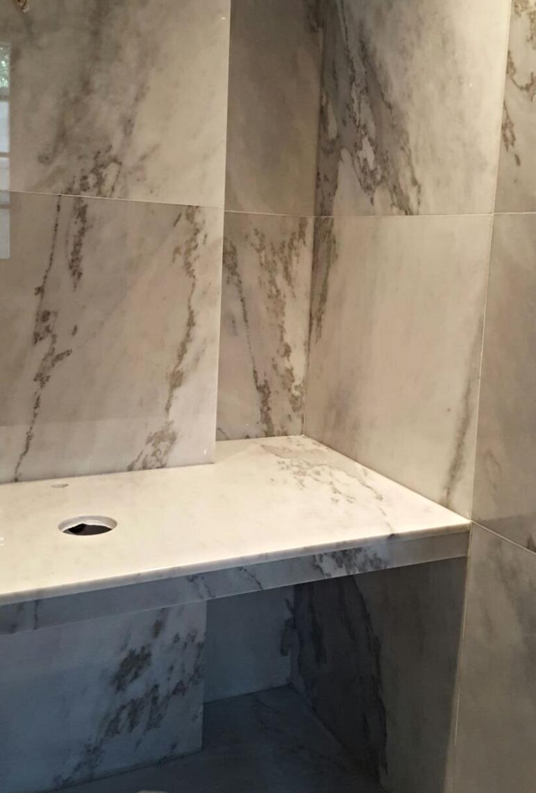 Bagno in marmo statuario milano