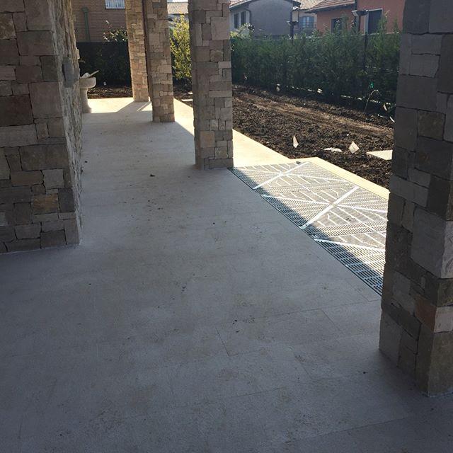 Pavimentazione  in Pierra di trani Bocciardata fine residenza privata