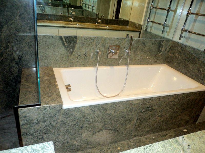 Rivestimento vasca marmo grigio