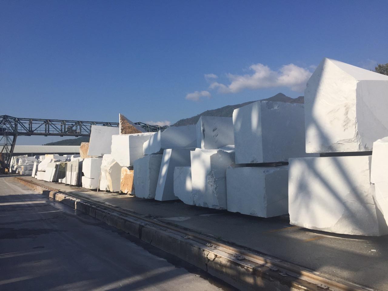 Blocchi di marmo bianco carrara