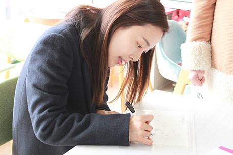 한국을 대표하는 여배우 문정희님 사인회