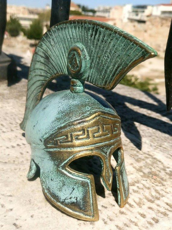 шлем спартанца, работа мастера из Греции.