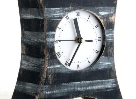 Удивительные настольные часы польского мастера будут в вашем доме к месту