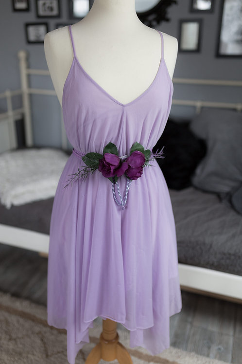 Fliederfarbenes, leichtes Kleid und Taillengürtel