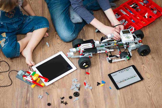 Kinder bauen Auto