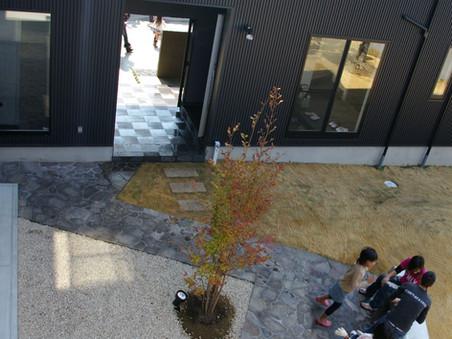 庭園を眺める2世帯の家