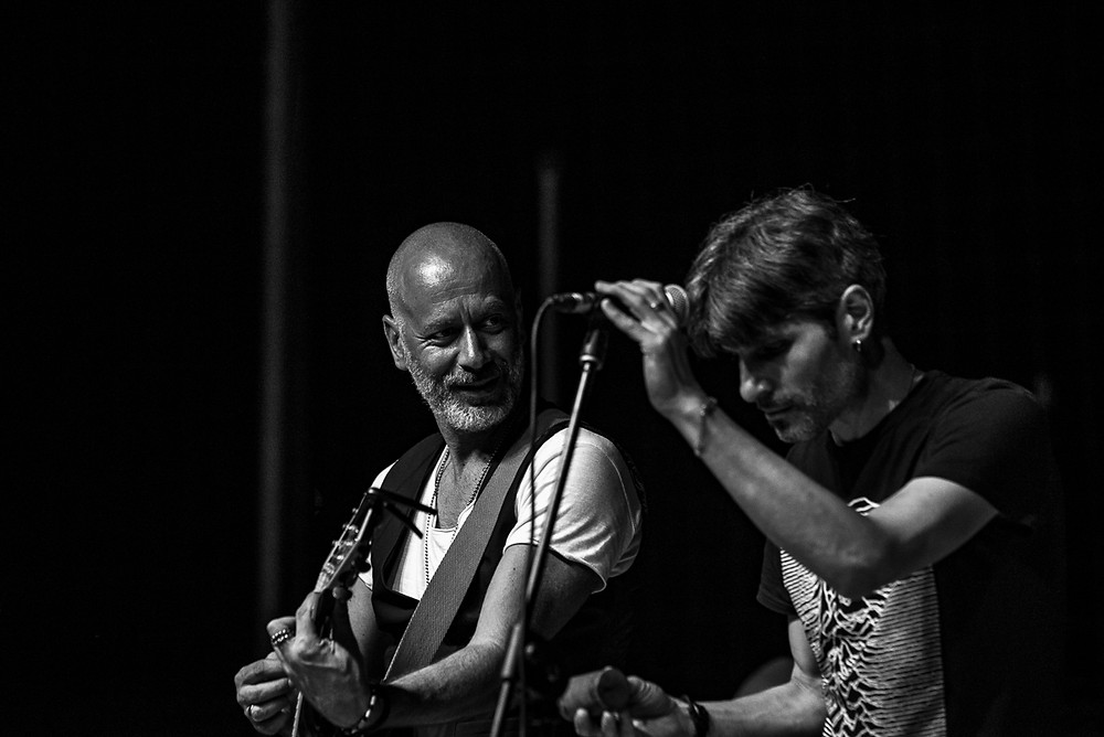 Ivan Almadori-voce e chiatarra- e Alessandro Gaetano -voce e chitarra- durante il concerto a Tavarnelle di Cortona