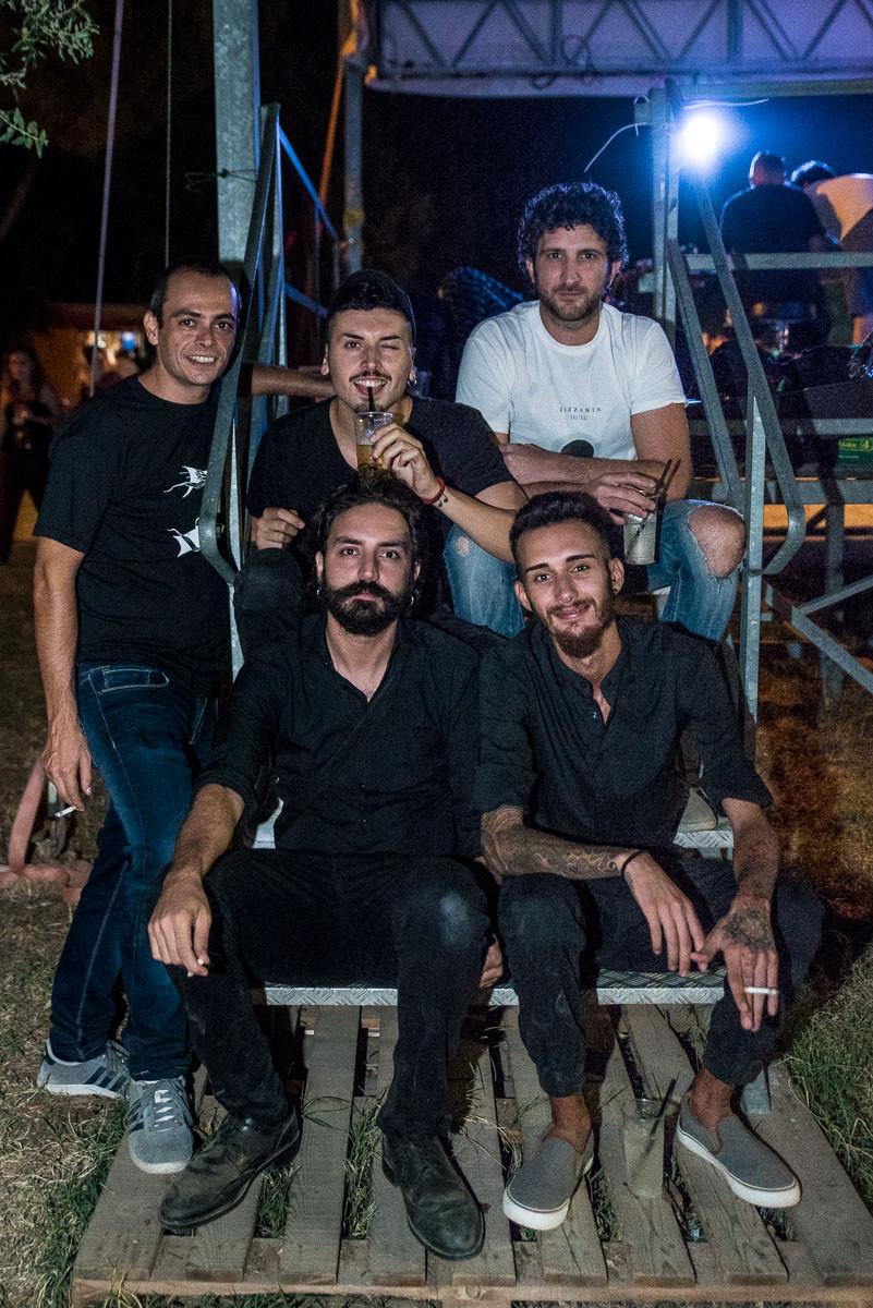 Una foto della band durante l'intervista. In alto, da sinistra verso destra: Gery Palazzotto (batteria), Umberto Coco (voce), Gigi Gallo (chitarre); in basso, a sinistra, Saverio Liberto (chitarre), a destra Alessandro Smecca (basso)