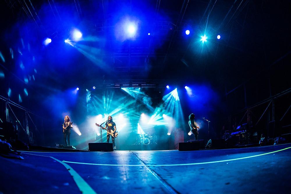 """Una foto degli Zen Circus durante il concerto di ieri sera: da sinistra verso destra, Francesco """"il maestro"""" Pellegrini, Massimiliano """"Ufo"""" Schiavelli e Andrea Appino"""