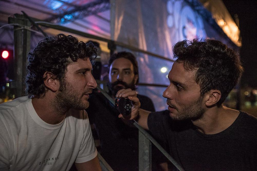 Gigi Gallo (chitarre), intervistato da Sacha Tellini; sullo sfondo, Saverio Liberto (chitarre)