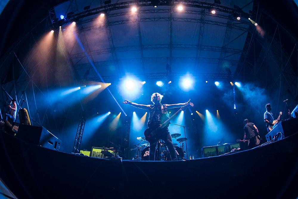 Un'immagine dei SUM 41 in concerto ieri sera al beat festival di Empoli