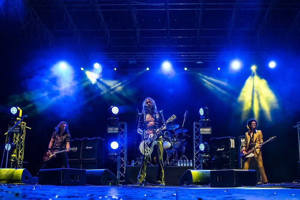 Una foto del gruppo ieri sera a Settembre | Prato è spettacolo. Da sinistra verso destra: Daniel Hawkins (chitarra), Rufus Taylor (batteria), Frankie Poullain (basso) e, davanti a tutti, Daniel Hawkins (cantante e frontman della band)