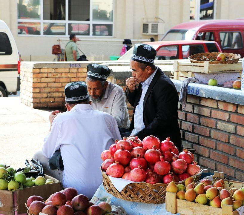 uzbek_men_at_bazaar