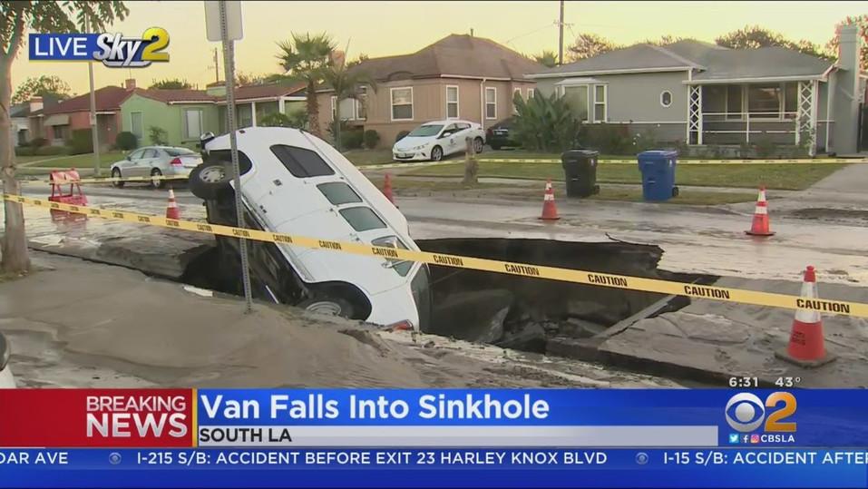Lieferwagen fällt in Erdfall in Süd LA