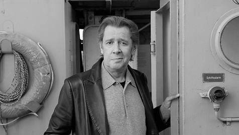 """Der Schauspieler Jan Fedder posiert als Kommissar Dirk Matthies bei Dreharbeiten der ARD-Serie """"Großstadtrevier"""". © ARD/Thorsten Jander Foto: Thorsten Jander Im Dezember 2019 ist Jan Fedder im Alter von 64 Jahren in Hamburg gestorben"""