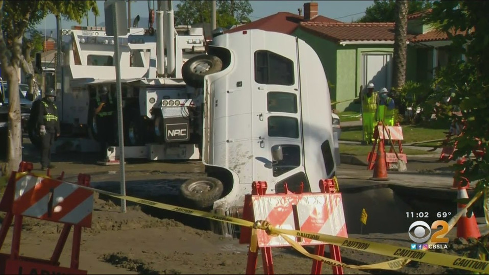 Erdfall schluckt Lieferwagen in Süd LA