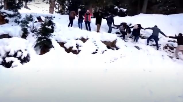 Touristen geniessen eine Schneelandschaft nach Schneefall in Gilgit | Entertaining A Dangerous #Snow #Leopard