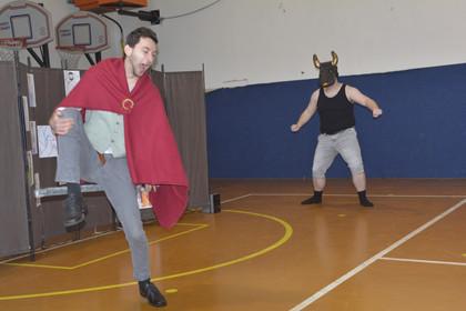 Theseus (David Dobeš) a Minotaur (Marek Cimirot)