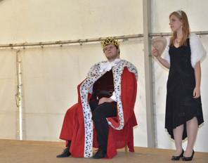 Král Vilém (Marek Cimirot) a princezna Viktorie (Pája Bišická)
