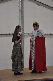 Princezna Lenka (Adéla Řehořová) a Král (Marek Cimirot