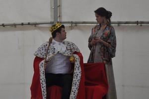 Dvorní dáma (Anita Bonková) a Král (Marek Cimirot)