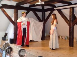 Král (Marek Cimirot) a princezna Lenka (Anita Bonková)