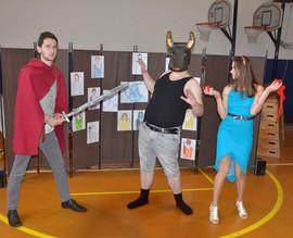 Theseus (David Dobeš), Ariadna (Anita Bonková) a Minotaur (Marek Cimirot)