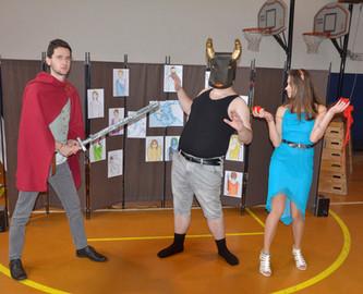 Theseus (David Dobeš), Minotaur (Marek Cimirot) a Ariadna (Anita Bonková)