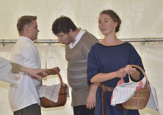 Vypravěči (Milan Galandák a Tereza Klabanová) a zvědavý nakupující (Marek Cimirot)