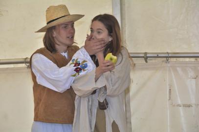 Zahradník Štěpán (David Karban) a Kateřina (Anita Bonková)