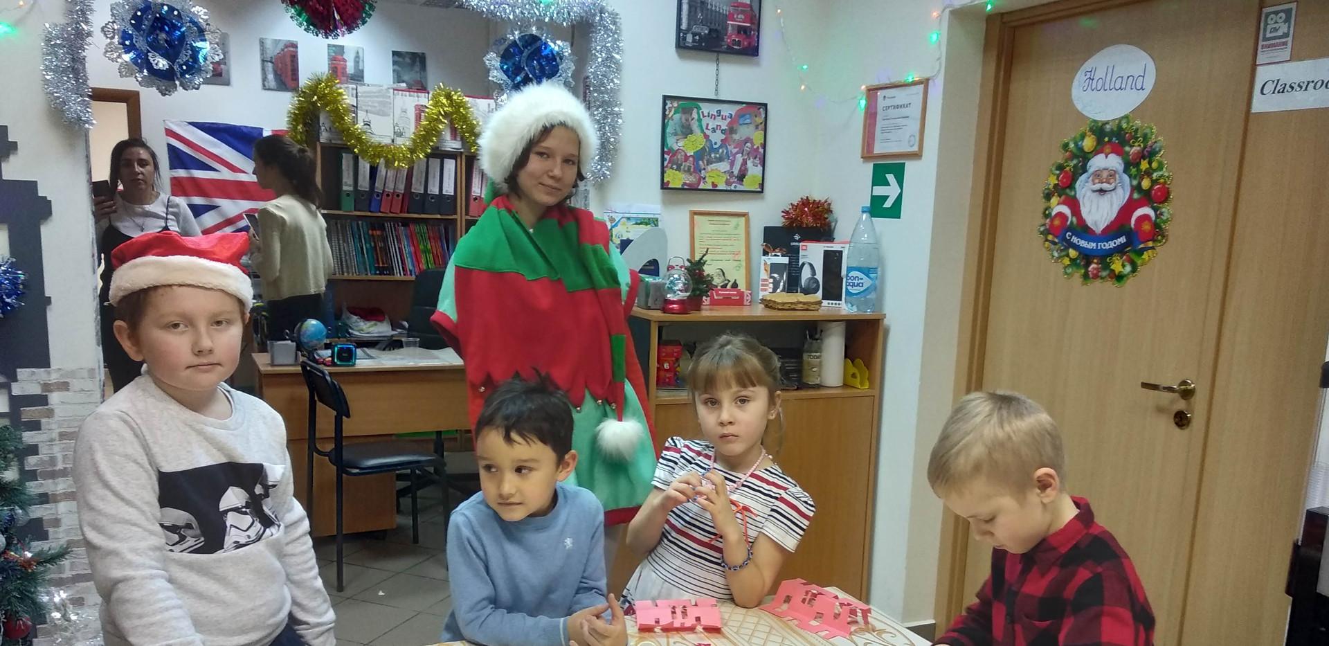 Рождественский эльф и ученики ЛингваЛэнд