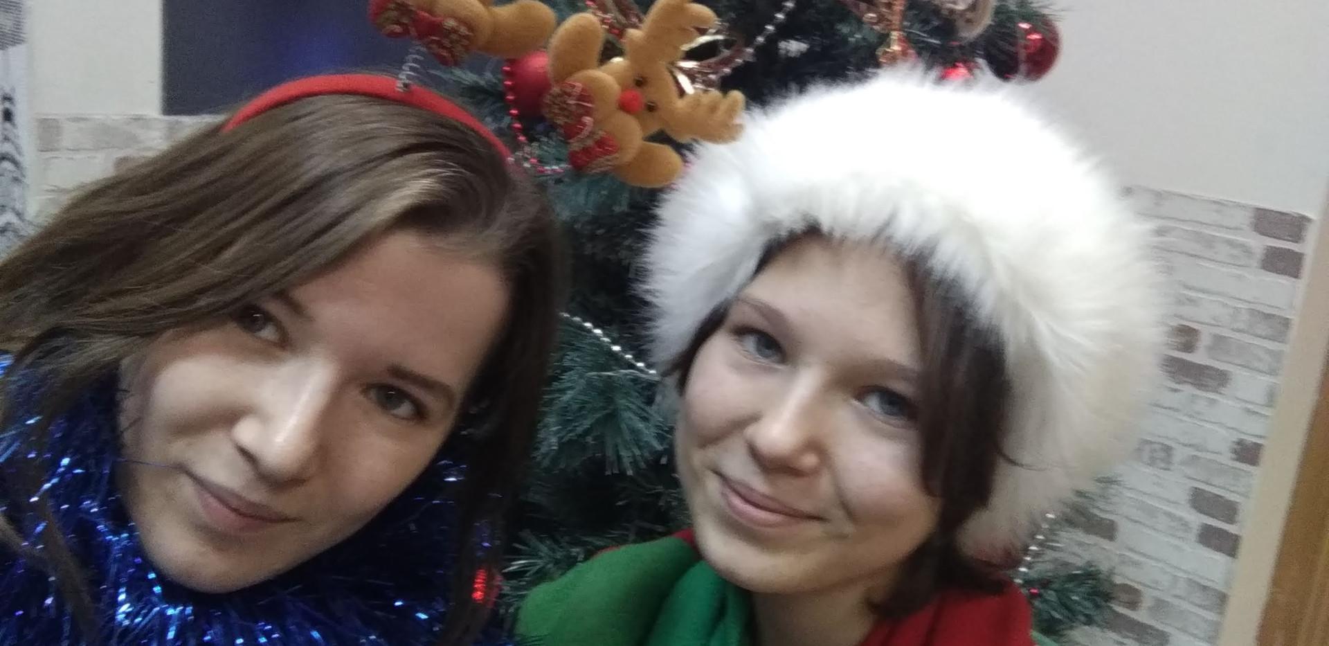 Олененок и Рождественский Эльф около елки