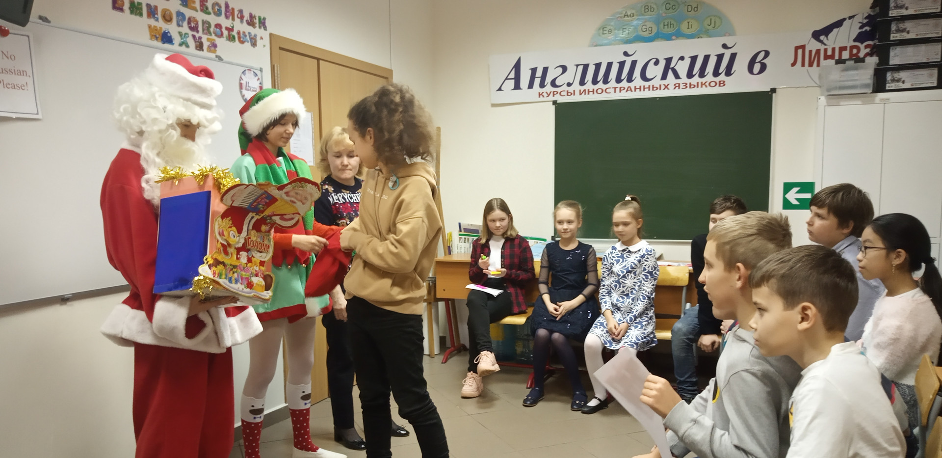 Каждый получил сладкий подарок от Санты и небольшой сувенир
