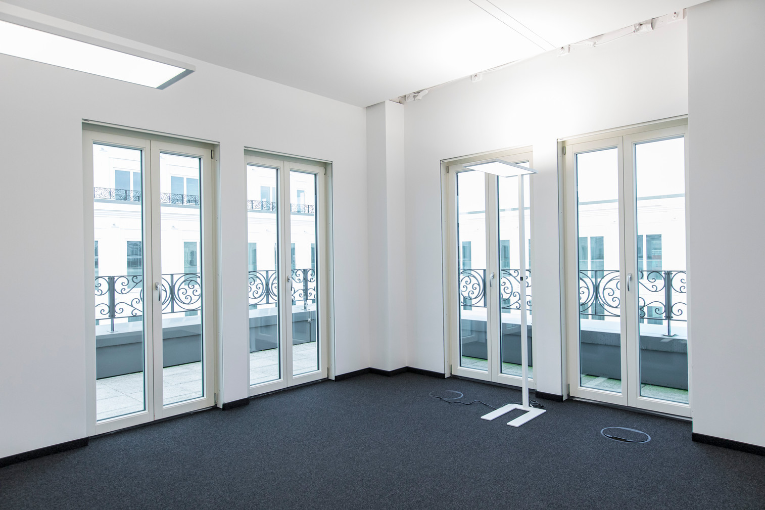 Helles Büro mit Blick nach Draußen