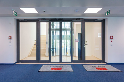 Empfangsbereich mit hochmoderner Eingangstür
