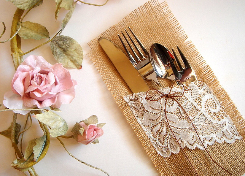 burlap-and-lace-to-wrap-silverware.jpg
