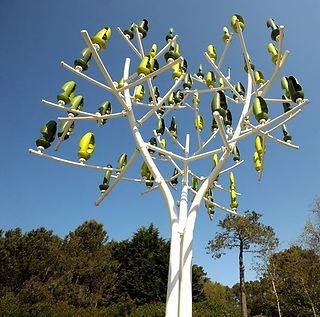 עץ האנרגיה מותקן בפארק ירוק