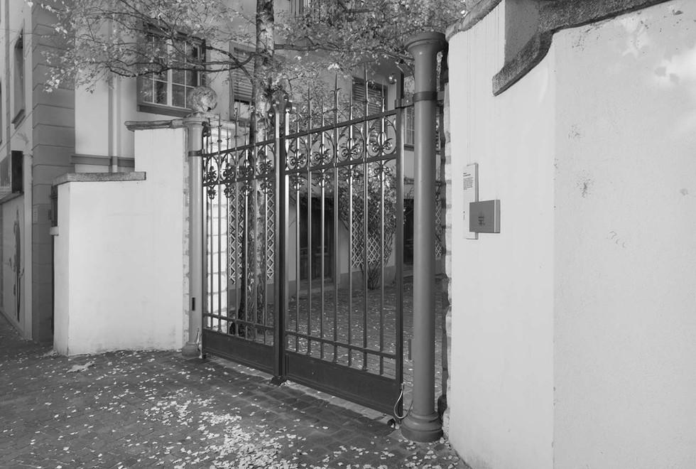 Portail de la préfecture en fer forgé à Sion