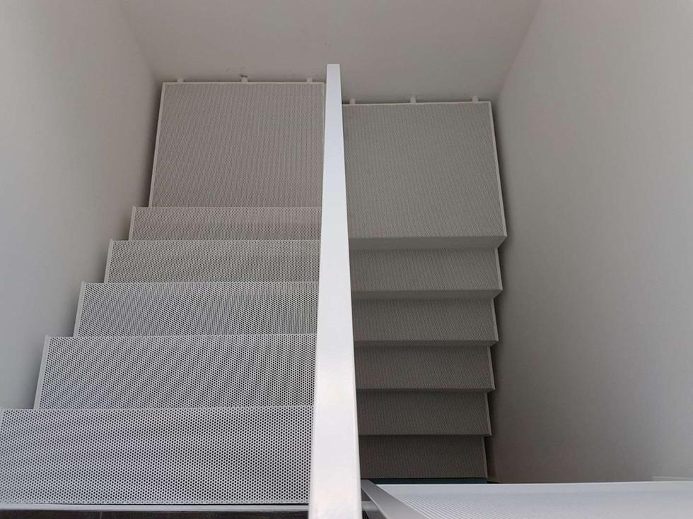 Escalier en grille perforée thermolaqué blanc