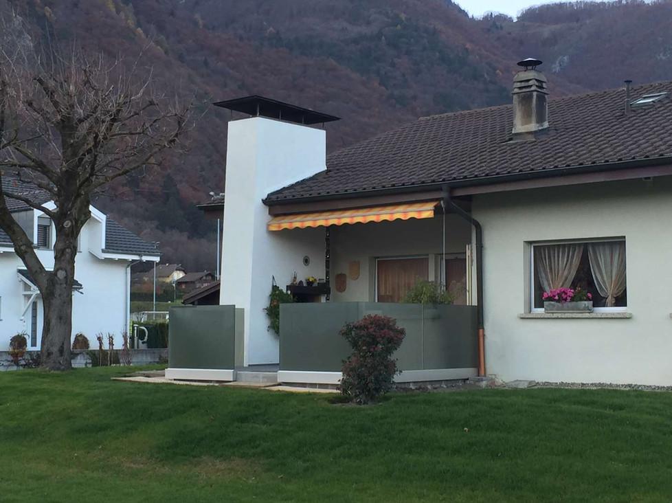 Fermeture partielle d'une terrasse avec du verre