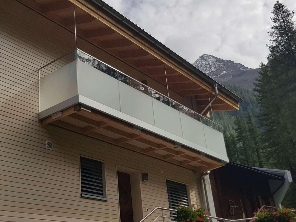 Garde-corps sur un balcon avec film partiel
