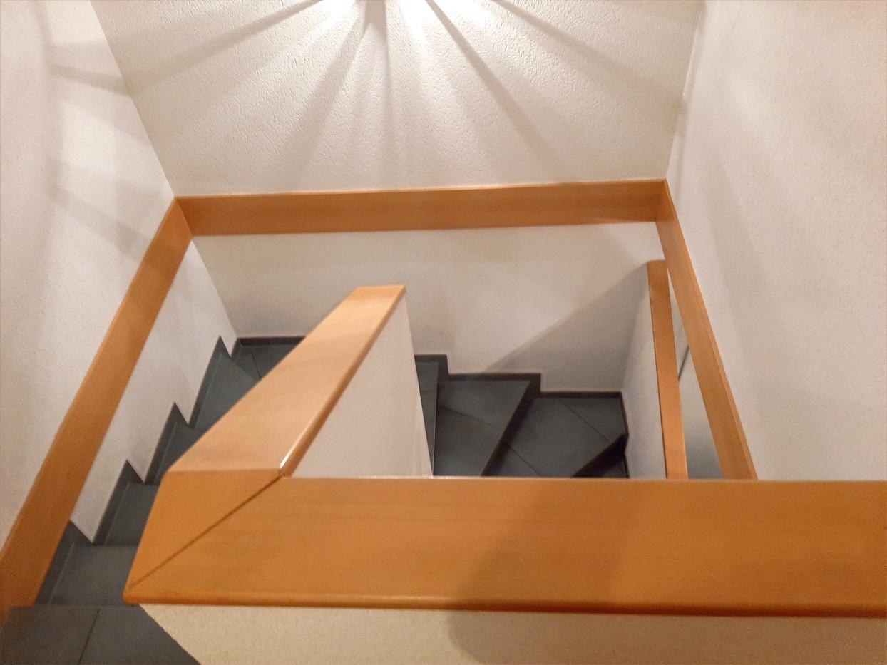 Avant : cage d'escalier bois