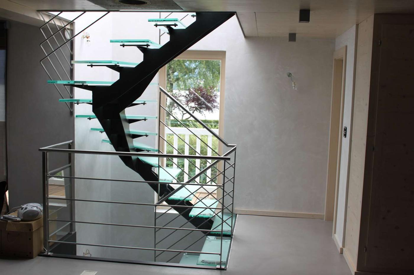 Escalier acier et marches en verre