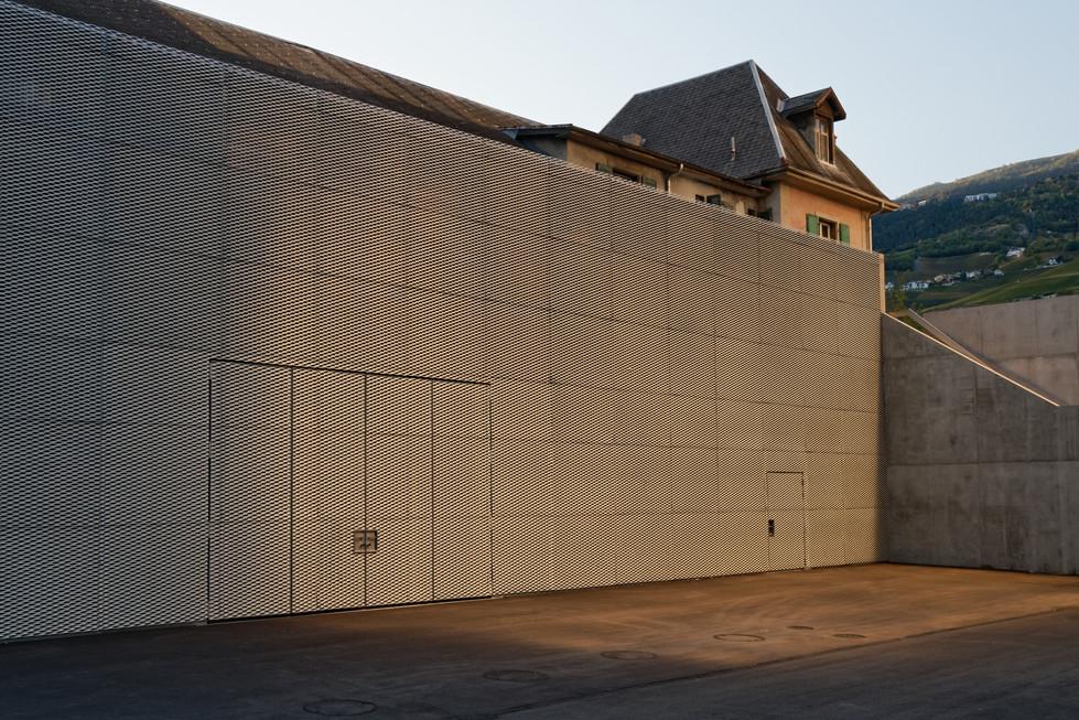 Ecole Sierre - façade en grille caillebotis