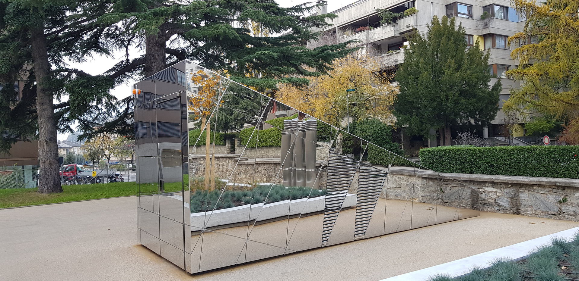 Edicule de la médiathèque Valais en tôle inox poli-miroir