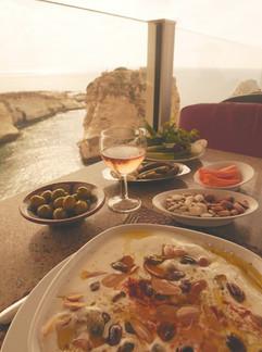 Śniadanie w Bejrucie - soczewica w jogurcie, oliwki i warzywa.