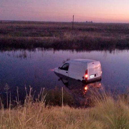 Un camioneta que trasladaba medicamentos terminó en medio del agua