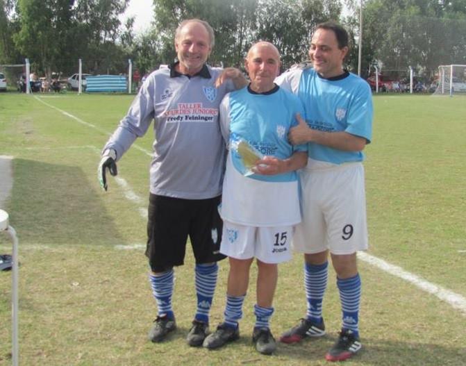 En la cancha del Deportivo Winifreda, junto a Ruso Rertcher y Daniel Martínez