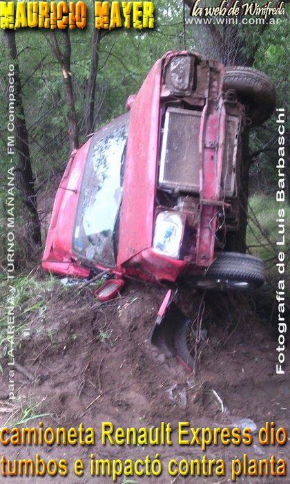 La camioneta Renault Express dio tumbos e impactó contra planta