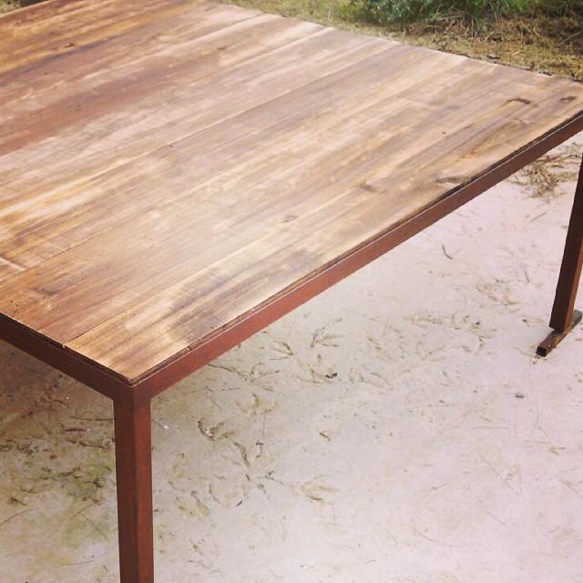 Mesa 2 x 2 para exterior. Madera y hierro